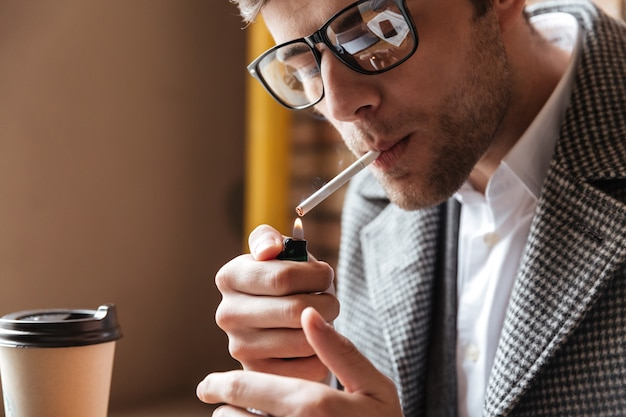 テーブルに座って眼鏡のビジネスマンのクローズアップ画像 無料写真
