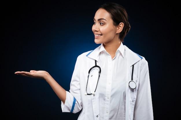 コピースペースを手に保持している若い女性医師 無料写真