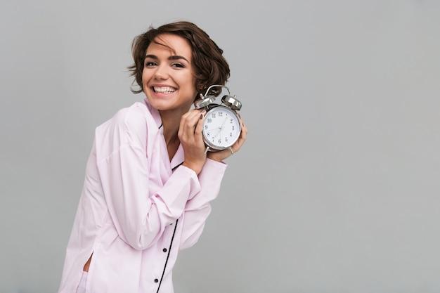 パジャマ姿で笑顔の幸せな女性の肖像画 無料写真