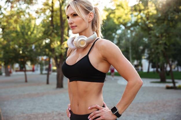魅力的な強い若いスポーツ女性 無料写真