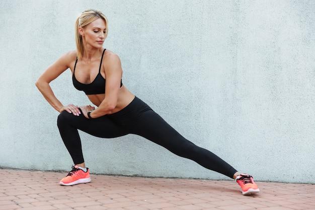 驚くほど強い若いスポーツ女性はスポーツの練習をする 無料写真