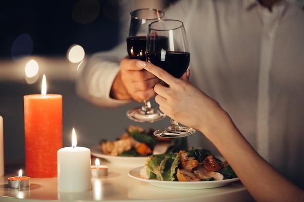 自宅でロマンチックなディナーを持っている恋人のカップル 無料写真