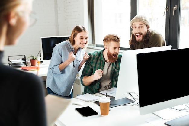 オフィスの話で笑顔の同僚 無料写真