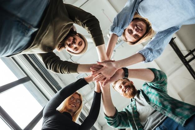お互いの手を繋いでいるオフィスの同僚 無料写真
