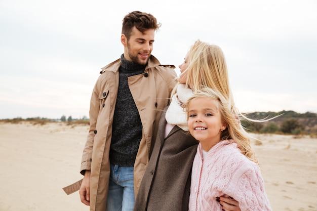 Портрет счастливой семьи с маленькой дочкой Бесплатные Фотографии