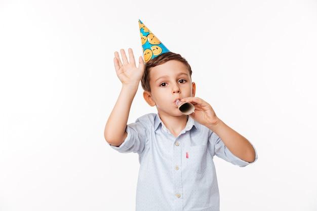 誕生日帽子で笑顔のかわいい子供の肖像画 無料写真