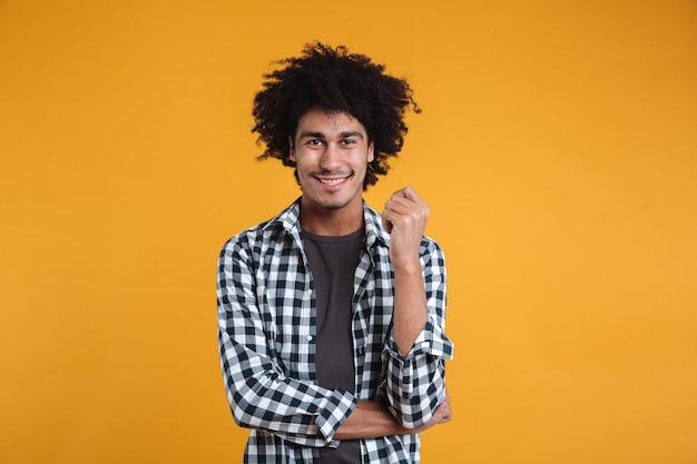 Портрет веселого молодого афро-американского человека Бесплатные Фотографии