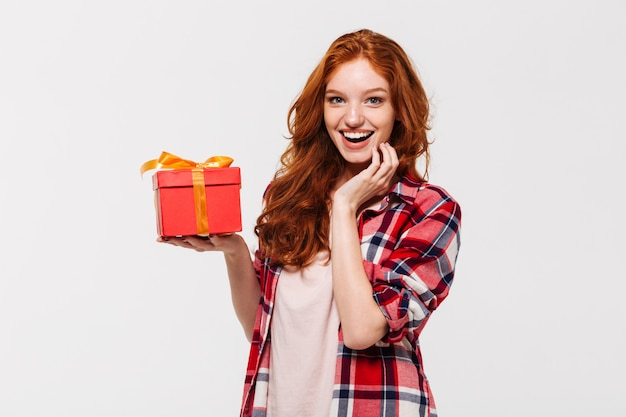 Изображение счастливой рыжей женщины в рубашке с подарочной коробкой Бесплатные Фотографии