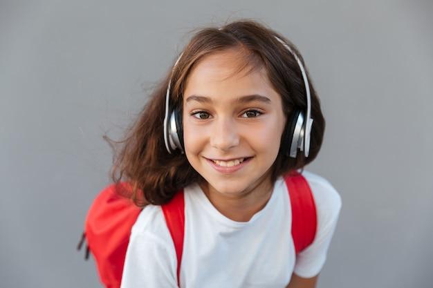 音楽を聴く幸せなブルネット女子高生の画像を閉じる 無料写真