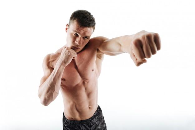 Макро портрет молодой рубашки боксер позирует с протянутой рукой Бесплатные Фотографии