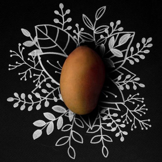 Плод манго над контуром цветочного стола Бесплатные Фотографии