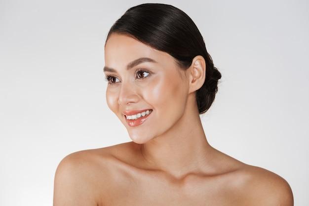 笑顔とよそ見、白で分離されたパンの茶色の髪と幸せなエレガントな女性の美しさの肖像画 無料写真