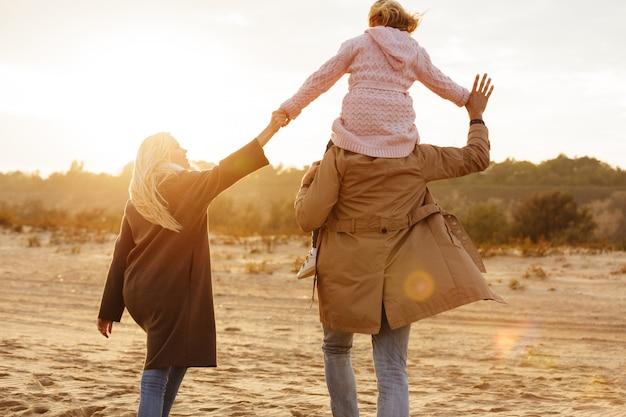 Портрет радостной семьи с дочкой, проводящей время Бесплатные Фотографии