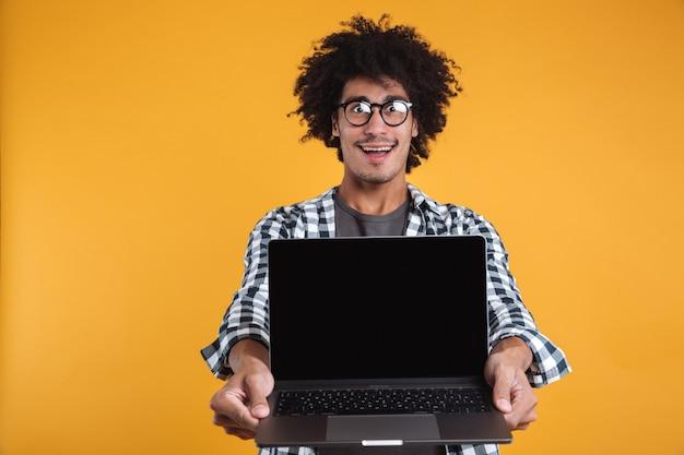 Портрет возбужденного улыбающегося африканского человека в очках Бесплатные Фотографии