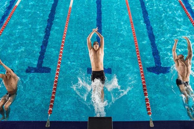 Вид сверху трех пловцов мужского пола Бесплатные Фотографии