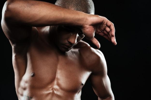 Портрет конца-вверх молодого мышечного афро американского спорт человека, охлаждая после разминки Бесплатные Фотографии