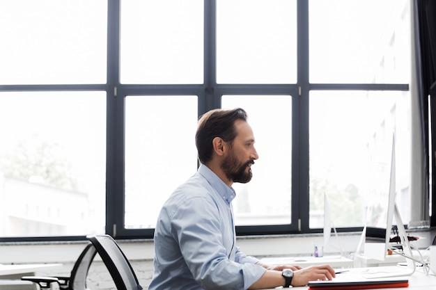 Вид сбоку деловой человек, работающий на компьютере Бесплатные Фотографии