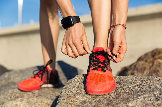 Крупным планом мужской бегун, связывая его шнурки Бесплатные Фотографии