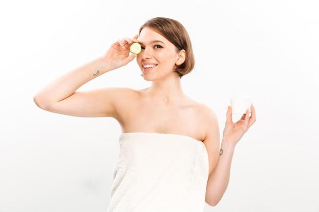 Портрет красоты жизнерадостной женщины с короткими волосами брюнетки Бесплатные Фотографии
