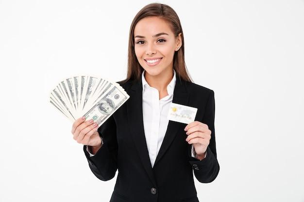 お金とクレジットカードを保持している陽気なかなり実業家 無料写真