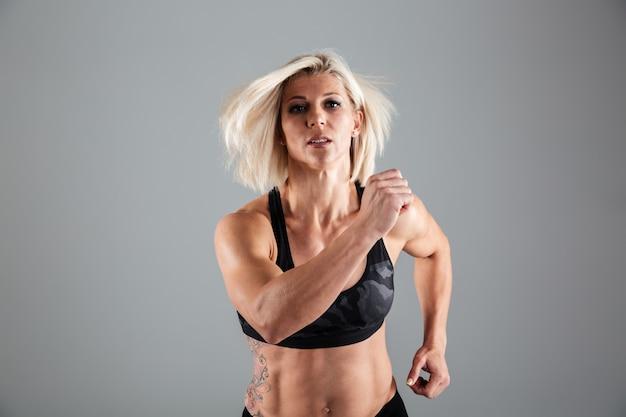 Портрет мотивированного взрослая спортсменка работает Бесплатные Фотографии