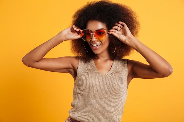 笑顔のアフロアメリカンの女性の肖像画 無料写真