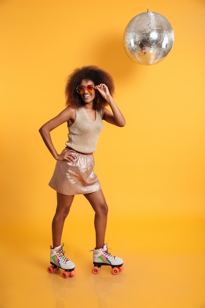 陽気なアフロアメリカンの女性の完全な長さの肖像画 無料写真