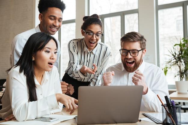 Удивленные кричащие молодые коллеги по бизнесу Бесплатные Фотографии