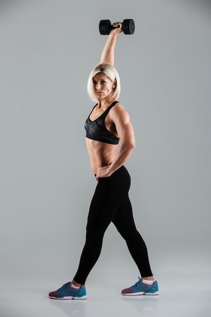 集中した筋肉のスポーツウーマンの完全な長さの肖像画 無料写真