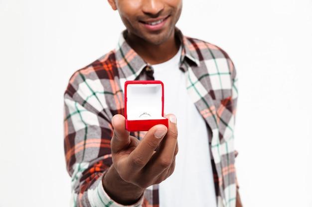 Крупным планом портрет улыбающегося африканского человека Бесплатные Фотографии