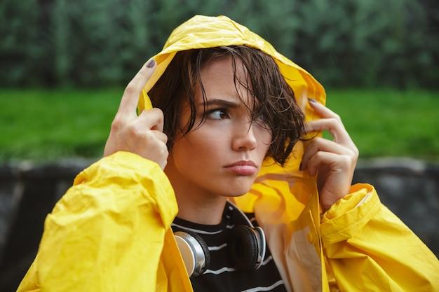 Портрет недовольной молодой девочки-подростка Бесплатные Фотографии