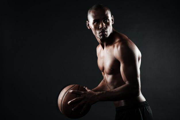 ボールを持つアフロアメリカンバスケットボール選手の肖像画 無料写真