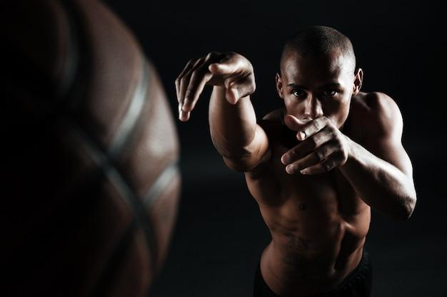 Фото конца-вверх шарика афро-американского баскетболиста бросая, Бесплатные Фотографии
