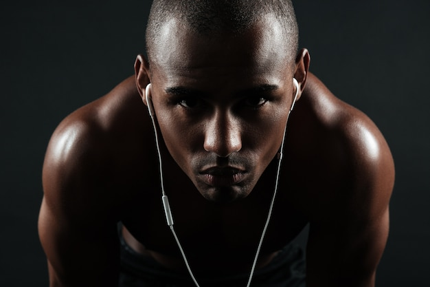 深刻なアフロアメリカンスポーツ男のクローズアップ写真 無料写真