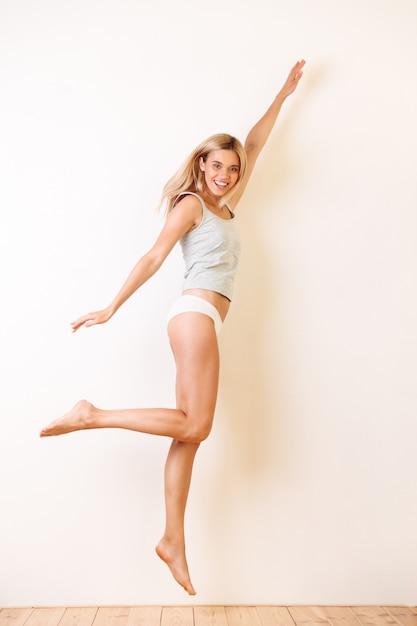 Полная длина портрет красивой блондинки Бесплатные Фотографии