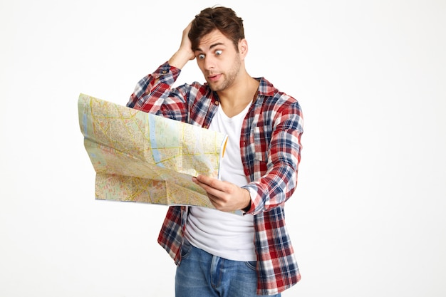 旅行地図を見て混合の若い男の肖像 無料写真