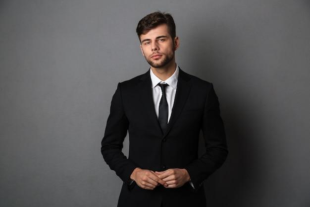 Фото крупного плана молодого успешного бизнесмена в черном костюме Бесплатные Фотографии