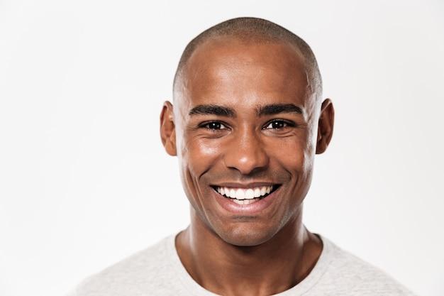 Красивый улыбающийся молодой африканский человек Бесплатные Фотографии