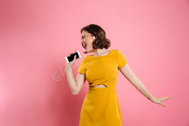 Портрет жизнерадостная женщина в платье и макияж Бесплатные Фотографии