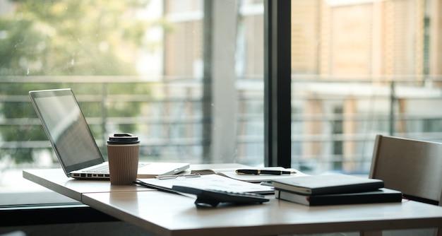 ビジネスピープルミーティングデザインアイデアプロの投資家が新しいスタートアッププロジェクトに取り組んでいます。オフィスでの事業計画 Premium写真