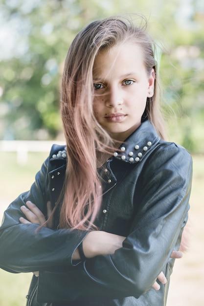 Грустная девушка в кожаной куртке Premium Фотографии