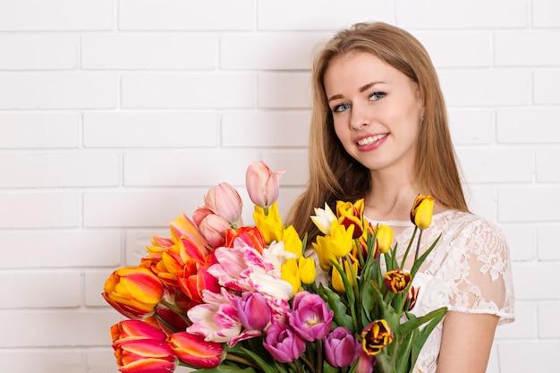 チューリップの花束を持つかわいい女の子 Premium写真