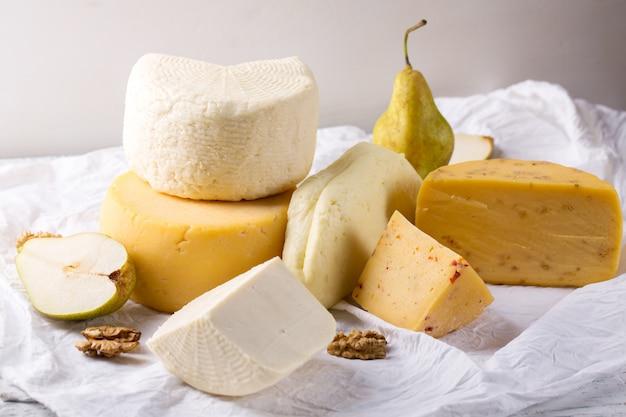 チーズとナッツのある静物 Premium写真