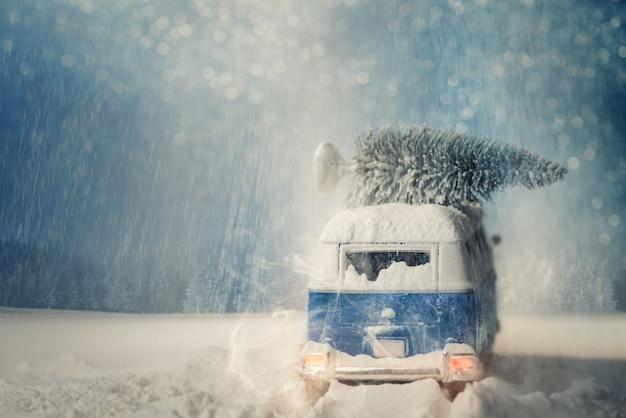 クリスマスの物語。古い車と木。サンタクロース車 Premium写真