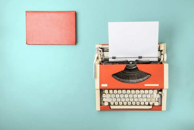 タイプライターと本 Premium写真