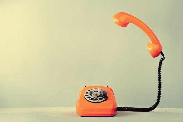 Старинный оранжевый телефон Premium Фотографии