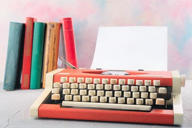 本とテーブルの上のタイプライター Premium写真