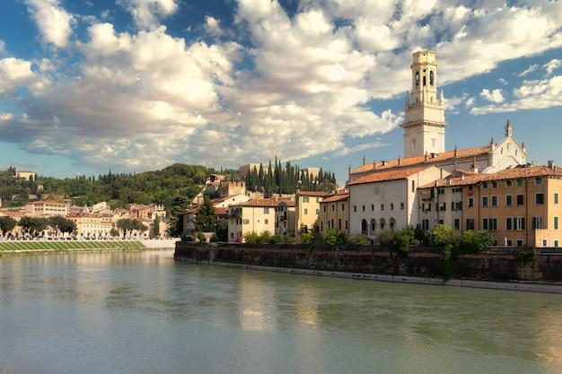 Панорамный вид на город верона Premium Фотографии