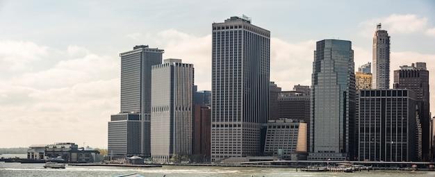 ニューヨーク市のスカイラインのパノラマ Premium写真