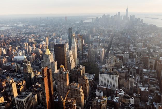マンハッタンのミッドタウンとダウンタウンの眺め Premium写真